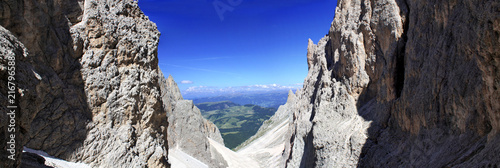 Bergpanorama in den Alpen vor blauem Himmel - 216796588
