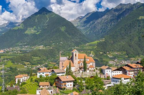 Herz-Jesu-Prozession an der Kirche von Schenna bei Meran, Südtirol