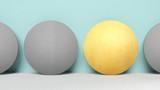 Konzept zu anders oder besonders sein. 4 Kreise in einer Reihe. Ein Kreis ist durch seine goldene Farbe hervorgehoben und macht den somit Unterschied - 216814126