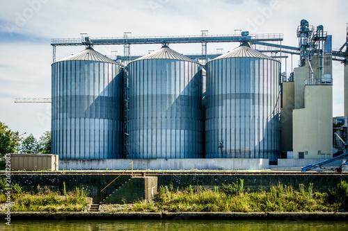Foto Spatwand Oude verlaten gebouwen old silo tanks