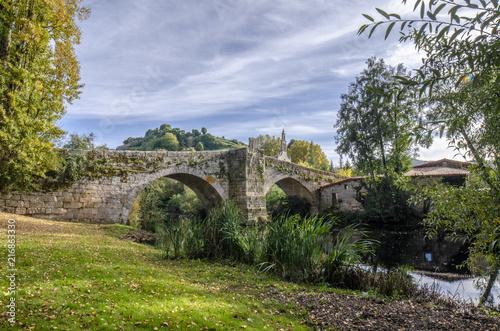 Średniowieczny most nad rzecznym Arnoia w Allariz, Ourense, Hiszpania, w jesieni