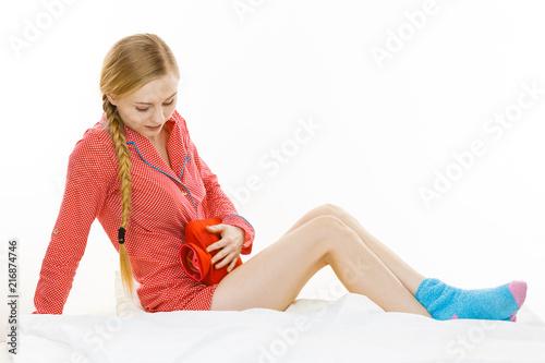 Kobieta czuje żołądek skurcze kłama na łóżku