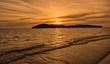 Leinwanddruck Bild - Ein Flieger direkt im untergehenden Licht der Sonne am Meer