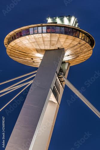Foto Spatwand UFO Tower of SNP Bridge (Bratislava, Slovakia) on after sunset