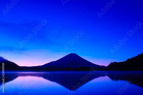 Canvas Donkerblauw 夜明け前の毛嵐が立ち込める精進湖と富士山