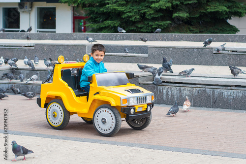 Aluminium Amusementspark boy riding a car in the Park