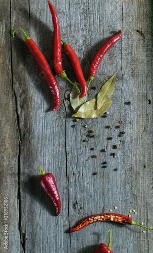 Canvas Hot chili peppers Świeże papryki chili, pieprz i czosnek na drewnianym tle