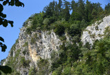Berg mit schroffer Felswand vor strahlend blauem Himmel am Vierwaldstätter See