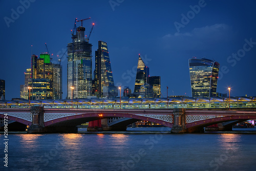 Foto Spatwand London Blackfriars Bridge and the City of London at night in August 2018