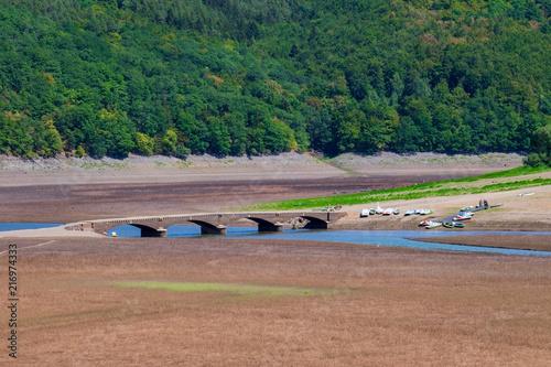 Die im Edersee versunkene Brücke von Asel, sichtbar bei Niedrigwasser