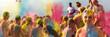 Leinwandbild Motiv Breitbild - Holi Fest begeisterte Menschen jubeln auf einem Holifestival, tanzen und werfen mit buntem Holipulver, Junge lacht in die Kamera