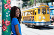Quadro Lachende Brasilianerin mit Strassenbahn in Rio de Janeiro