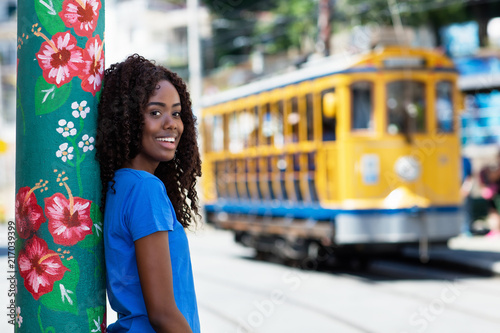 Canvas Rio de Janeiro Lachende Brasilianerin mit Strassenbahn in Rio de Janeiro