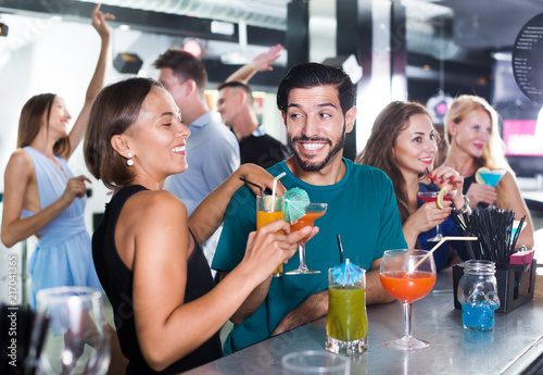 Foto Murales Couple are drinking cocktails in nightclub