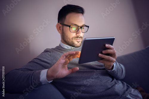 Foto Murales Young businessman working late at home