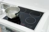 piastra ad induzione in una cucina moderna - 217061166