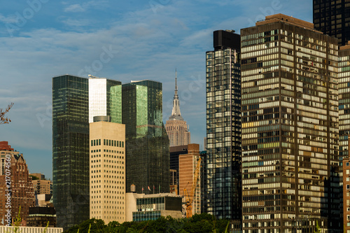 Foto Murales New York City / USA - JUL 31 2018: Midtown Manhattan buildings, skyscrapers and apartments view from Roosevelt Island in the early morning