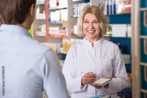 Foto Spatwand Apotheek Ordinary guy talking to pharmacist at pharmacy