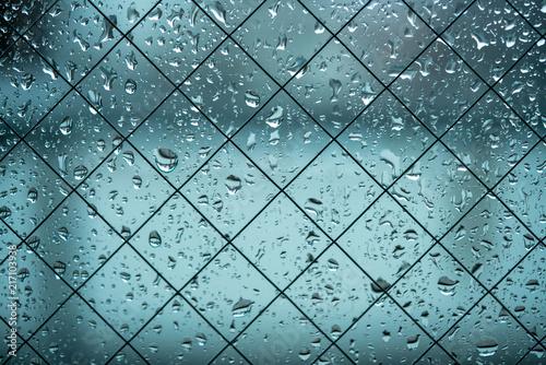 Krople wody dołączone do szkła