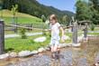 Quadro Ein 9 jähriges Mädchen betreibt wassertreten an einem natürlichen Kneippbecken