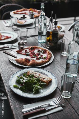 smaczne dania kuchni włoskiej i napoje na drewnianym stole rustykalnym w restauracji