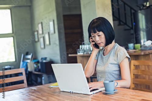Foto Murales woman working at home