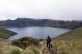 Femme randonnant à la Laguna de Mojanda, Équateur - 217162798