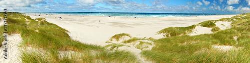 großer Strand mit Dünengürtel - 217171360