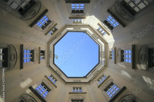 Milano, Casa Rossi, casa d'epoca con cielo azzurro