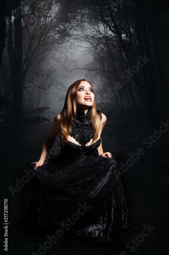 Leinwanddruck Bild Vampir vor Waldhintergrund