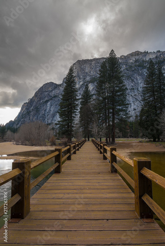 Foto Spatwand Cappuccino Wood pavement in park with mountains