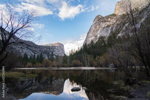 Foto Spatwand Blauwe hemel Tranquil landscape of pond in mountains