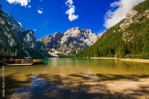 Leinwanddruck Bild Magnifico panorama del famoso lago di Braies in Alto Adige