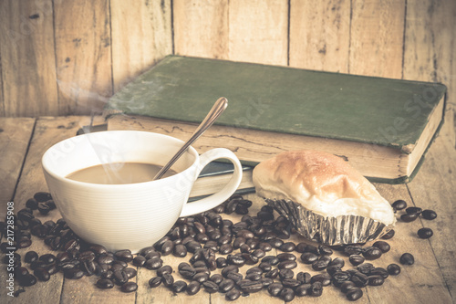 Aluminium Koffiebonen Coffee cup and coffee beans on old wooden background