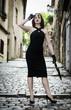 belle femme rousse en robe noir