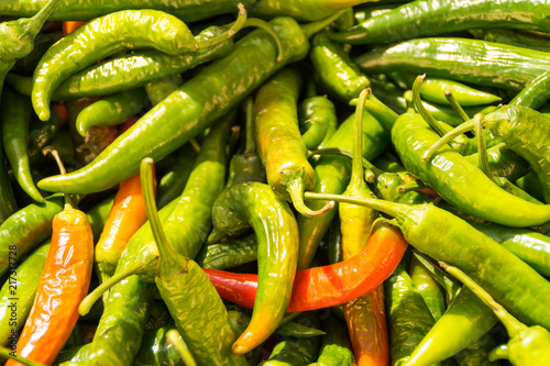 Foto Spatwand Hot chili peppers Green and red chili peppers on a market in Sineu, Mallorca