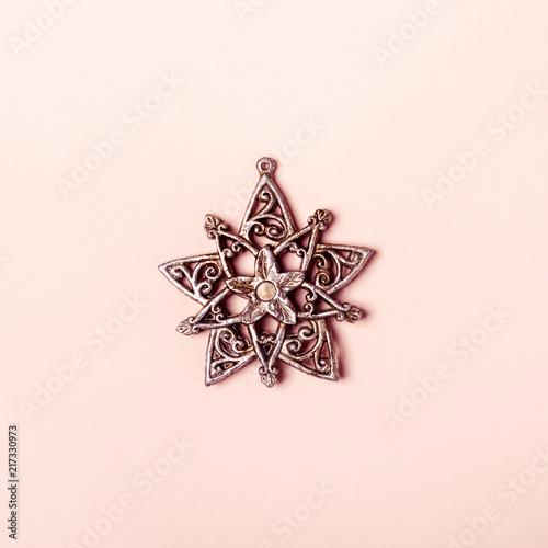 Rocznika srebny boże narodzenie zabawki płatek śniegu na różowym tle