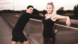 Freude am Sport, Mann und Frau haben Spaß beim Trainieren