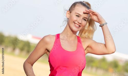 Foto Murales Junge Frau schaut in die Ferne