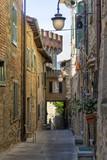 Welt der steilen Gassen im Altstadtteil von Passignano Sul Trasimeno