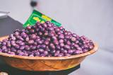 Olives noires sur le marché - 217435765