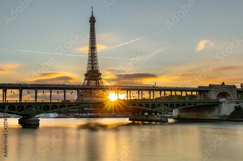 Sticker Le Soleil se lève sur Paris