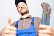 Leinwanddruck Bild - Installateur sympathisch Lachend bei der Arbeit