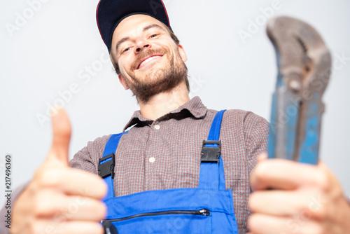 Leinwanddruck Bild Installateur sympathisch Lachend bei der Arbeit