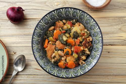 Fotobehang Toscane zuppa o minestra di pane con verdure su tavolo di legno