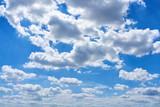 Blauer Himmel mit weißen Wolken als Wetter Konzept - 217538720