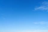 Leerer blauer Himmel als Wetter Hintergrund - 217538774