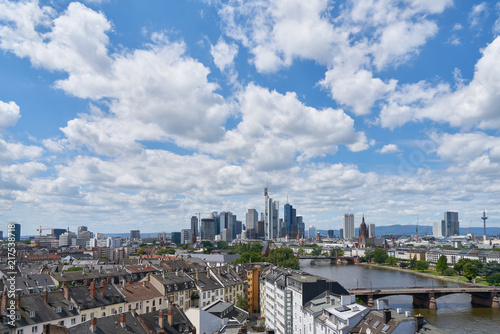 Fototapeta Frankfurt am Main Skyline mit Wolken am Himmel