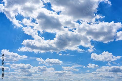 Leinwanddruck Bild Blauer Himmel mit weißen Wolken als Wetter Konzept