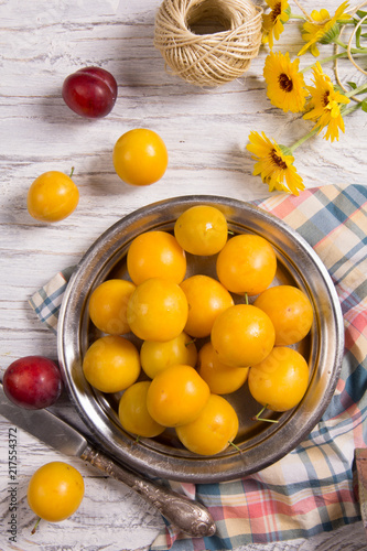 Foto Murales Flat lay with yellow plums